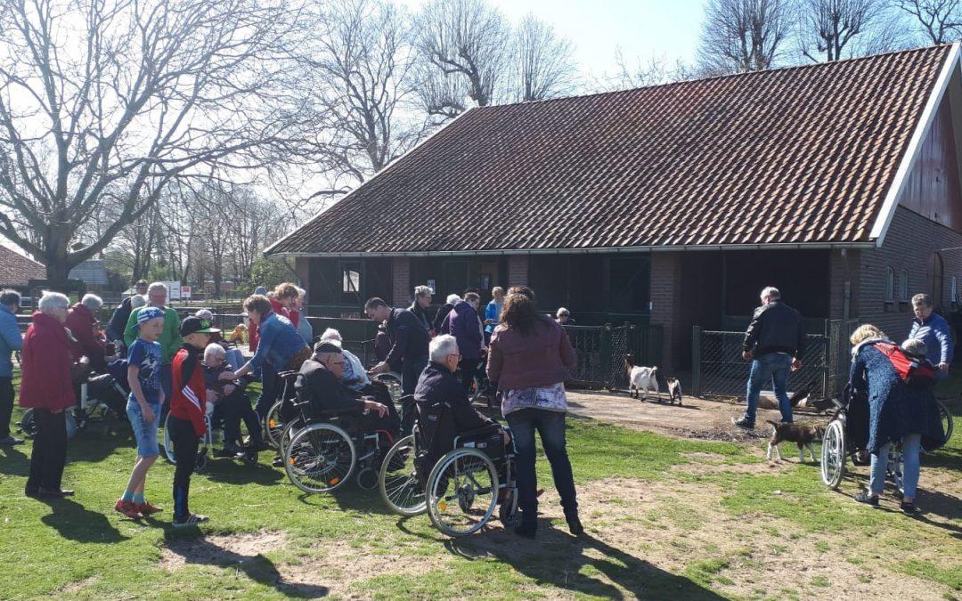 Marga Klompe bezoekt de kinderboerderij